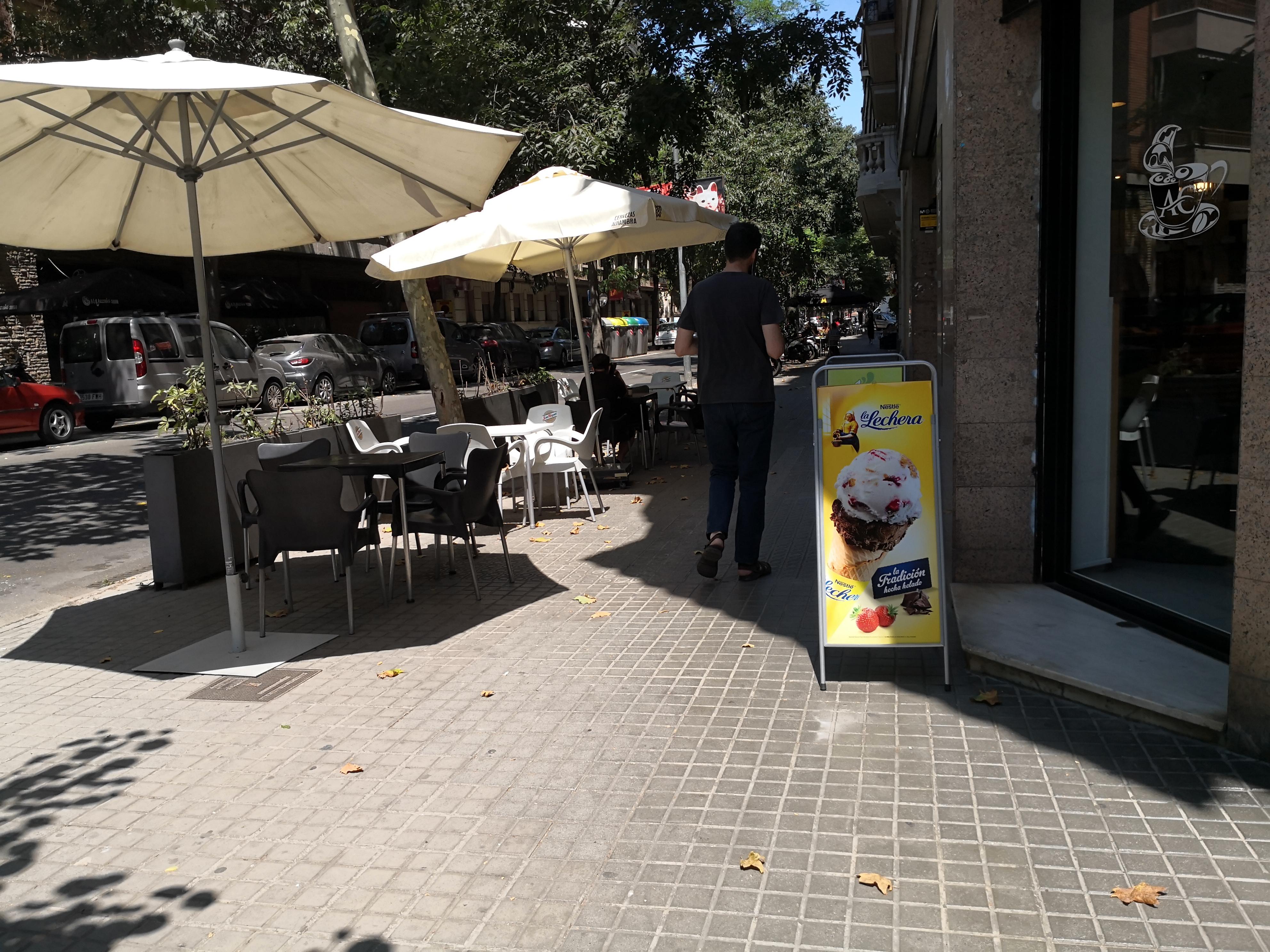 València, 22 - Artefactes a la façana !!