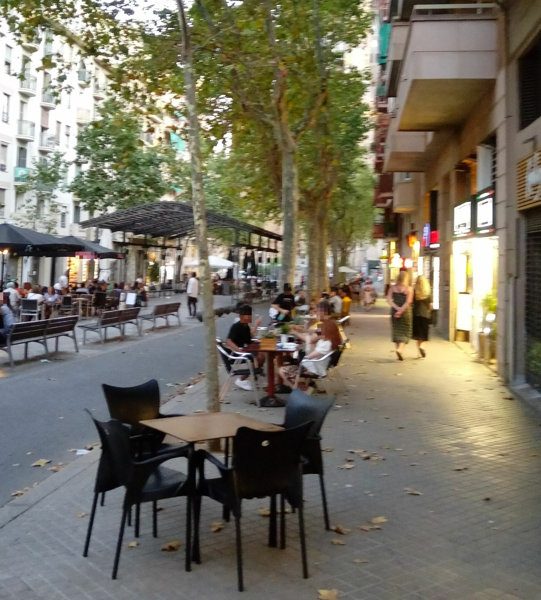 Avda de Gaudí, 25 -taules i taules a la vorera, al passeig , als laterals... en fi!!!!