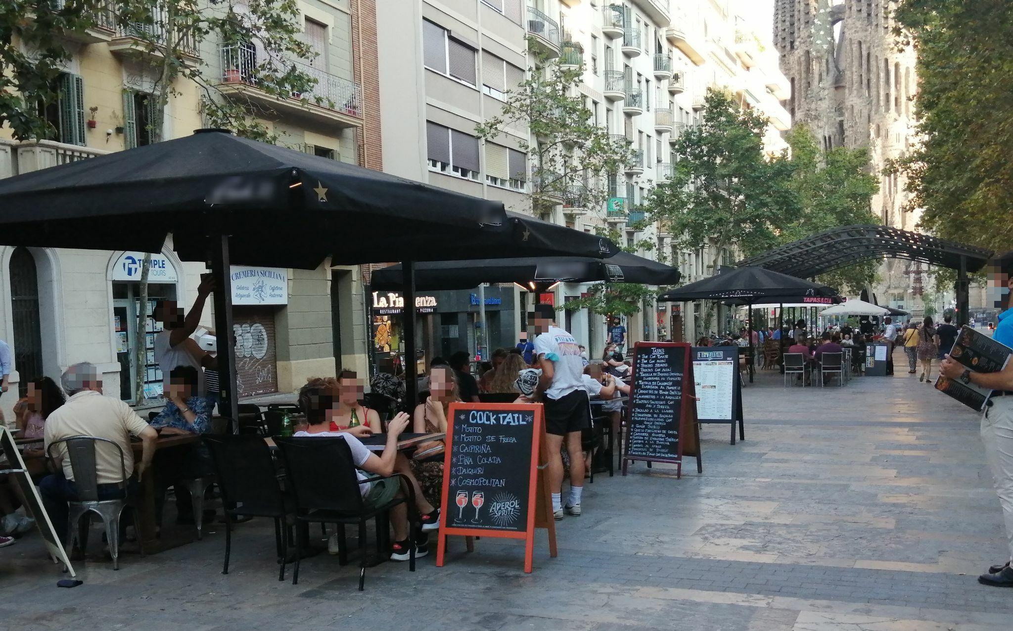 Avda de Gaudí, 19 - taules i més taules, al mig i a la vorera!!!