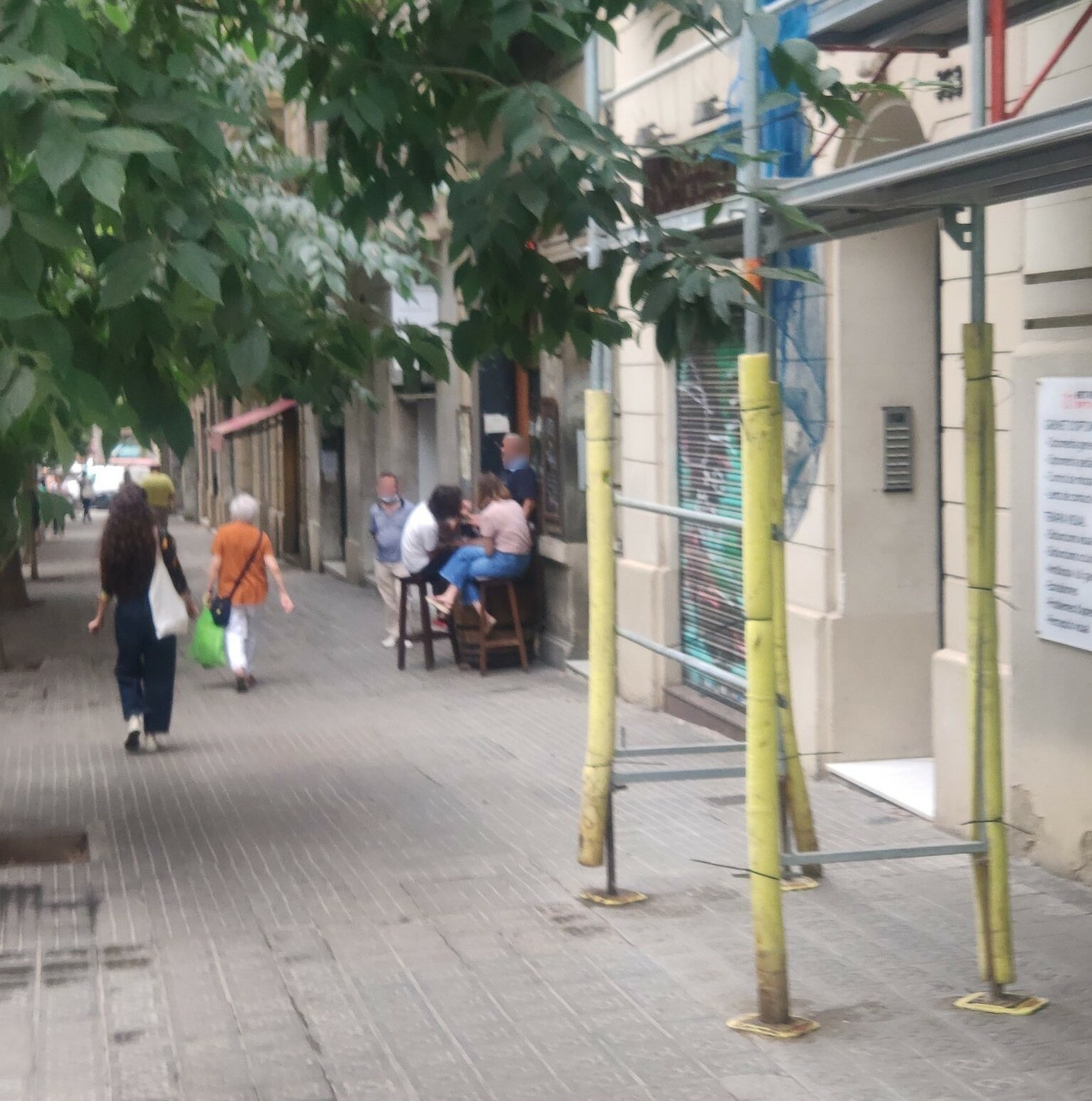 Sardenya, 361 - terrassa il.legal amb taules a la façana !!!!