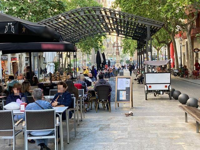 Avda de Gaudi, 15 - taules i taules, l'avinguda okupada !!!