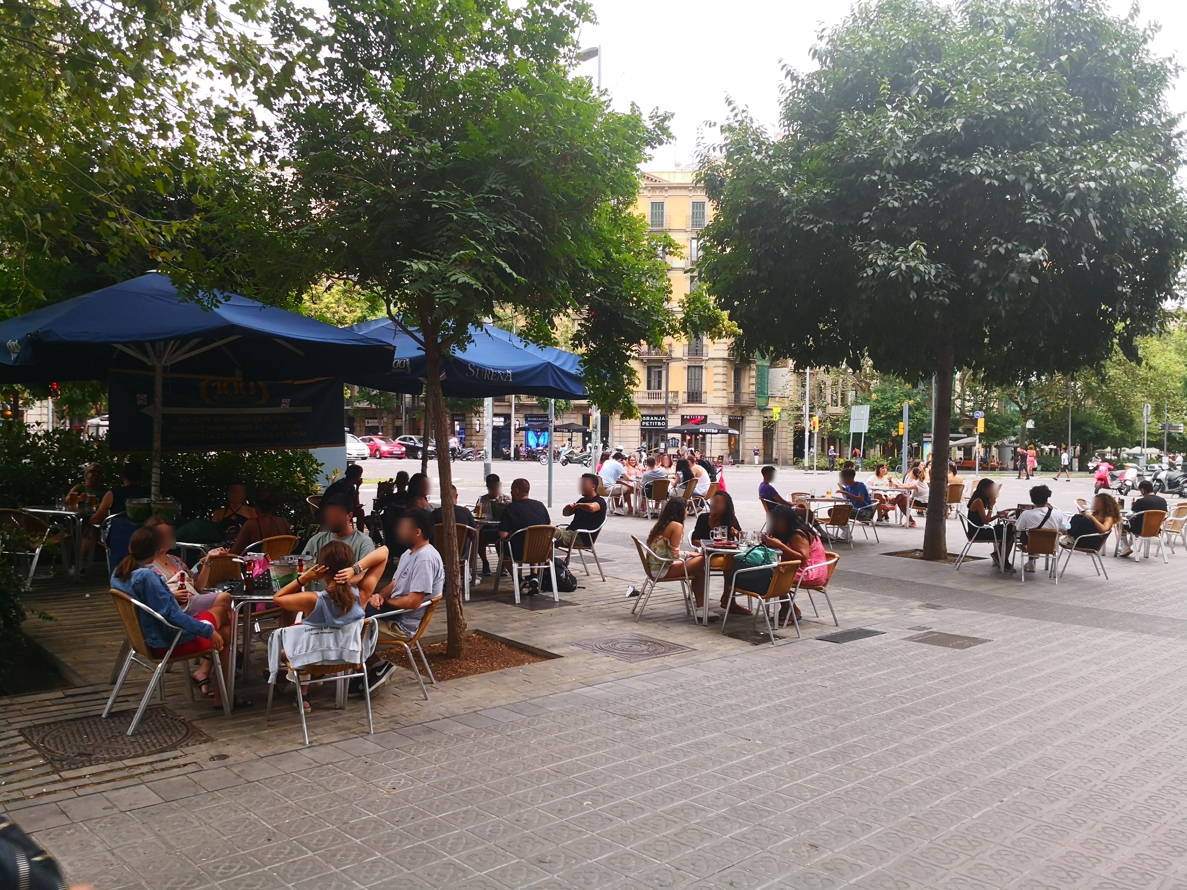 Passeig de Sant Joan, 77 - Ole, Olé, Olé... fagocitant espai públic!!!