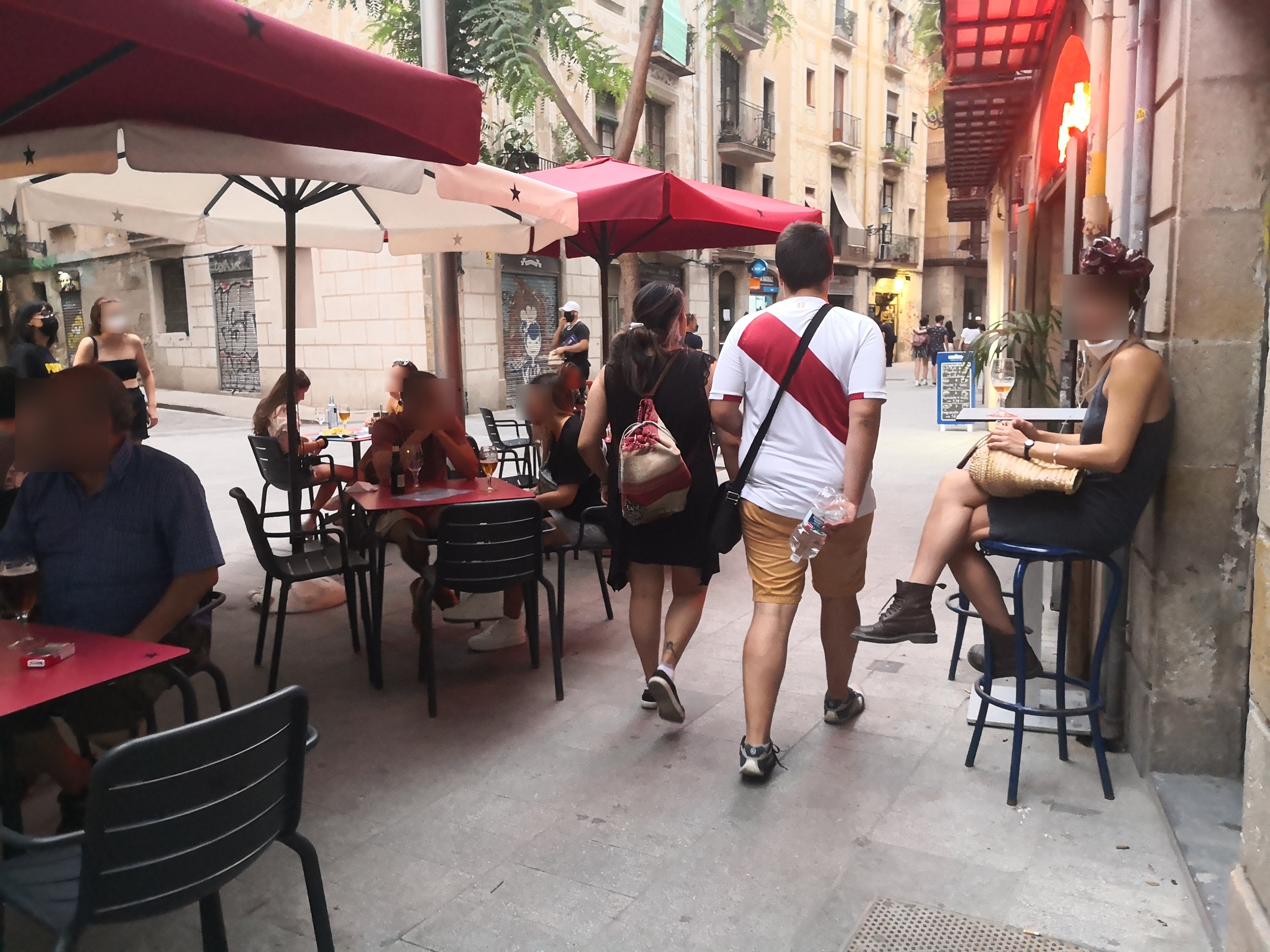Plaça de Sant Agustí Vell, 6 - okupant façana i estretant el pas de vorera!!