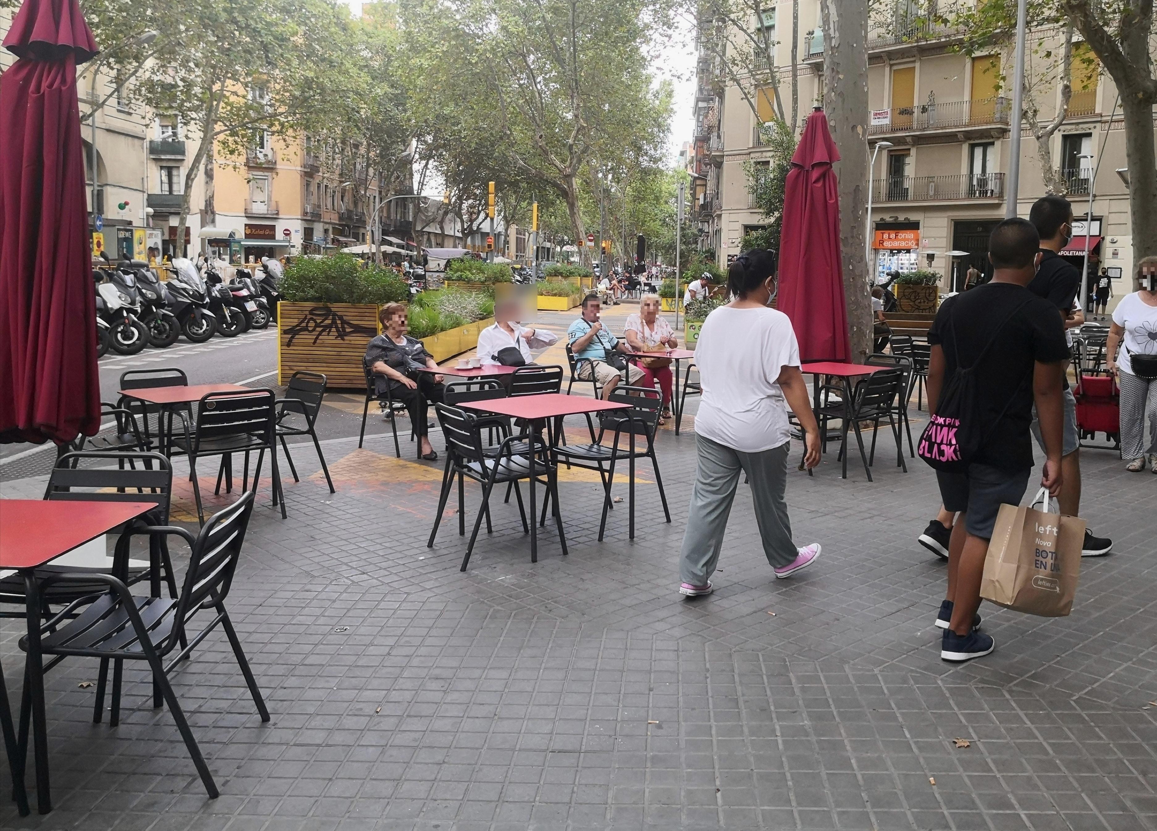 Ronda de Sant Pau, 63 - abusant de l'ocupació d'espai públic!!