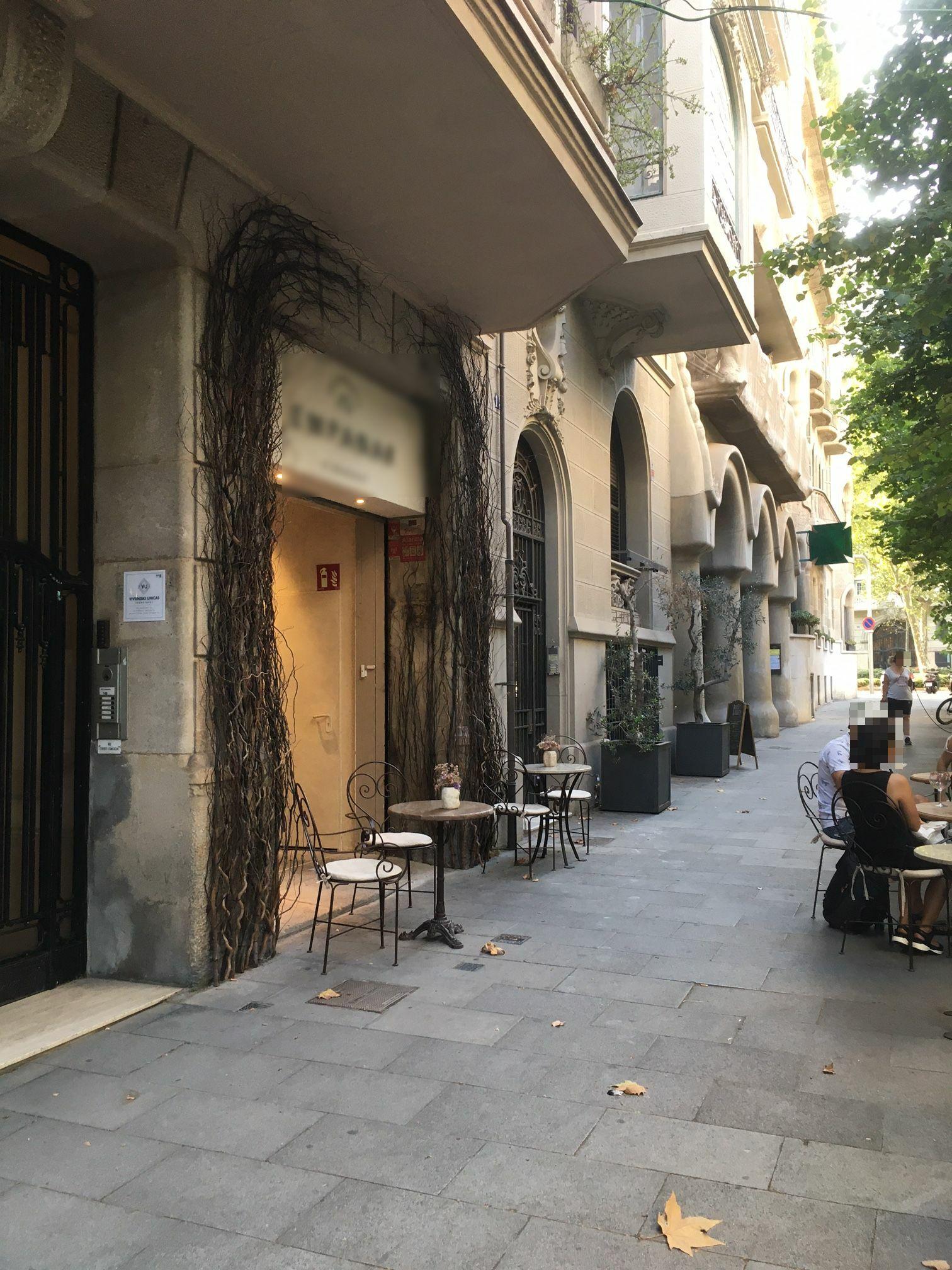 Enric Granados, 149 - taules a la façana, que surt gratis ...  !!
