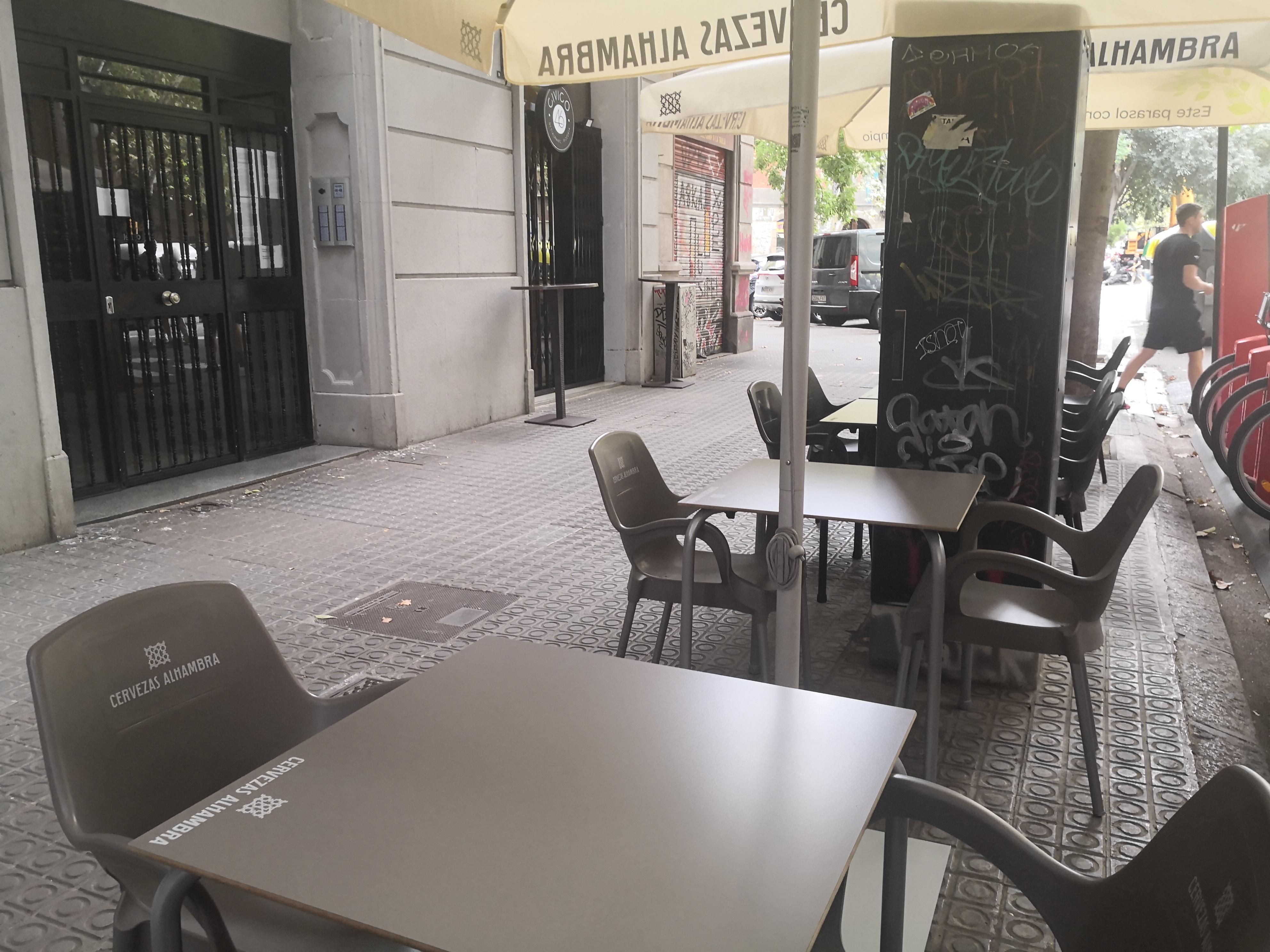Manso, 46 - més taules il·legals en façana!!