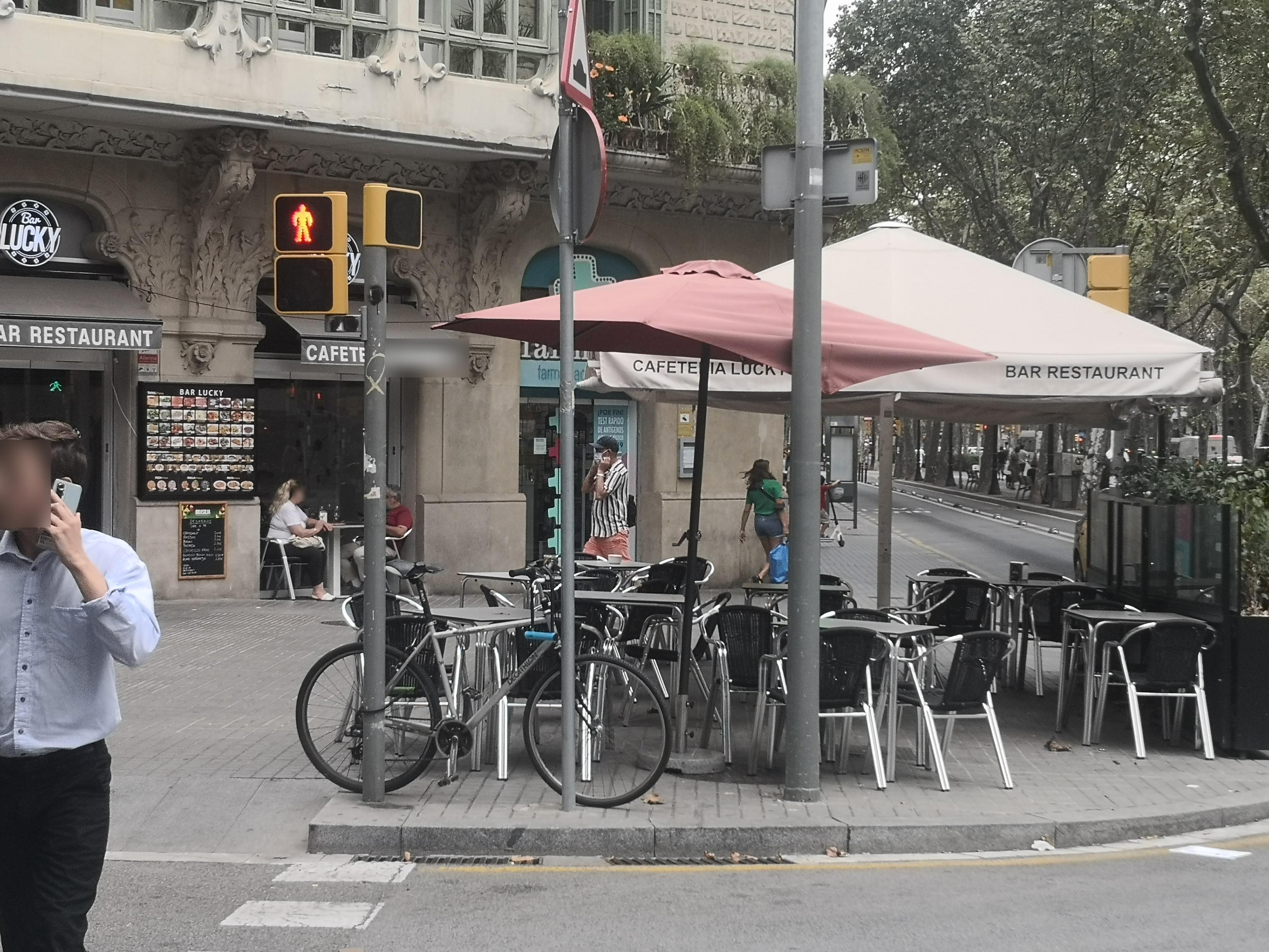 Gran Via de les Corts Catalanes, 469 - doble de taules de les què consten a llicència i okupant façana!