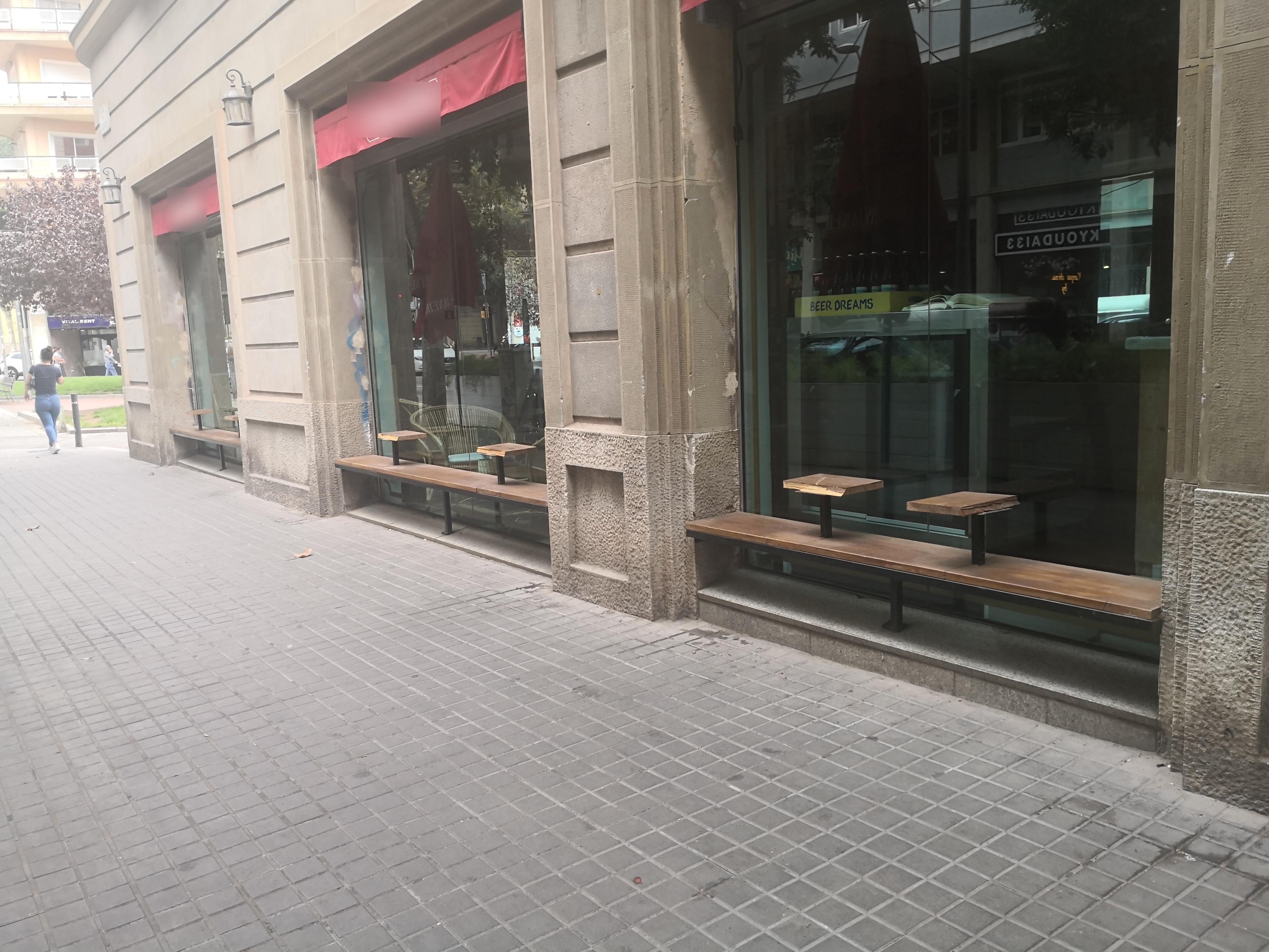 Avda. Mistral, 33 - I més bancs i muntatges il·legals en façana!!