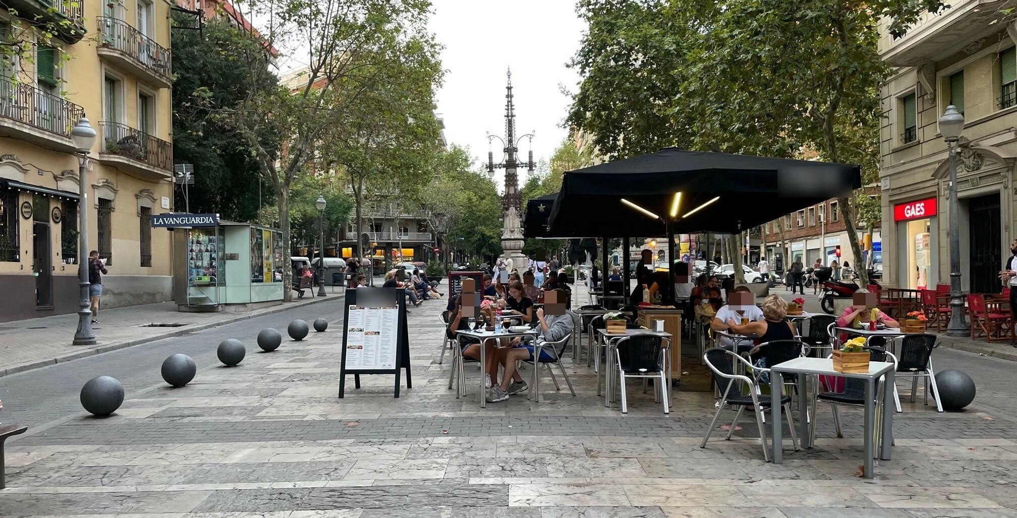 Avda de Gaudí, 23 - un episodi més de l'OKUPACIÓ total de taules a l'avinguda !!!