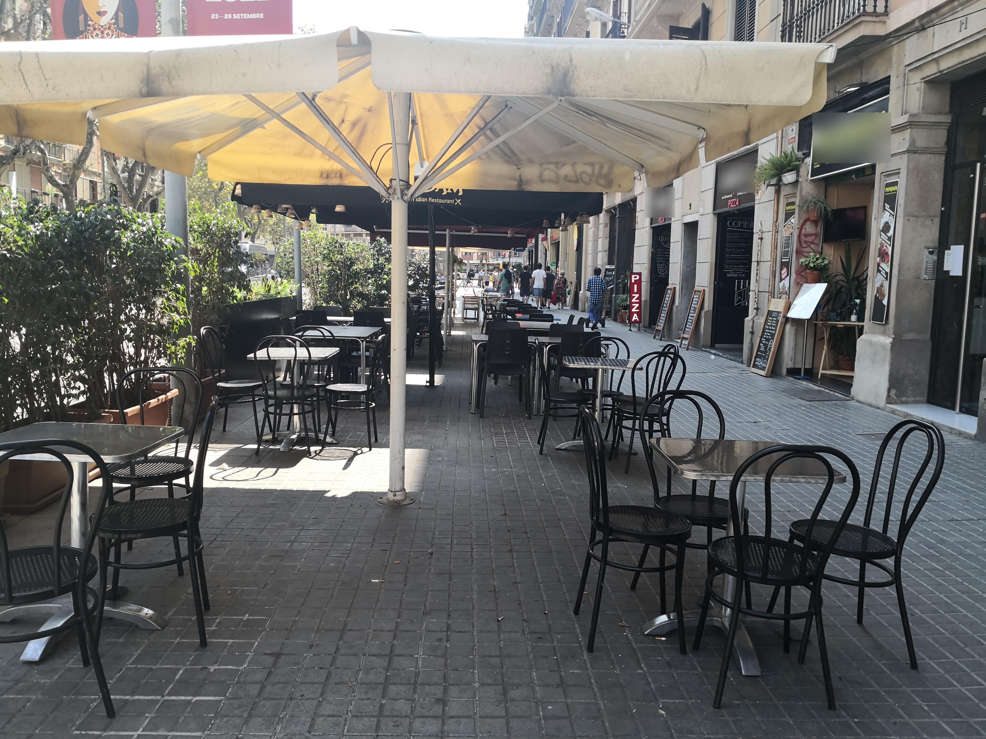 Ronda de Sant Pau 7, 9, 11 - plaga d'invasió de terrasses i okupació de façana!!!
