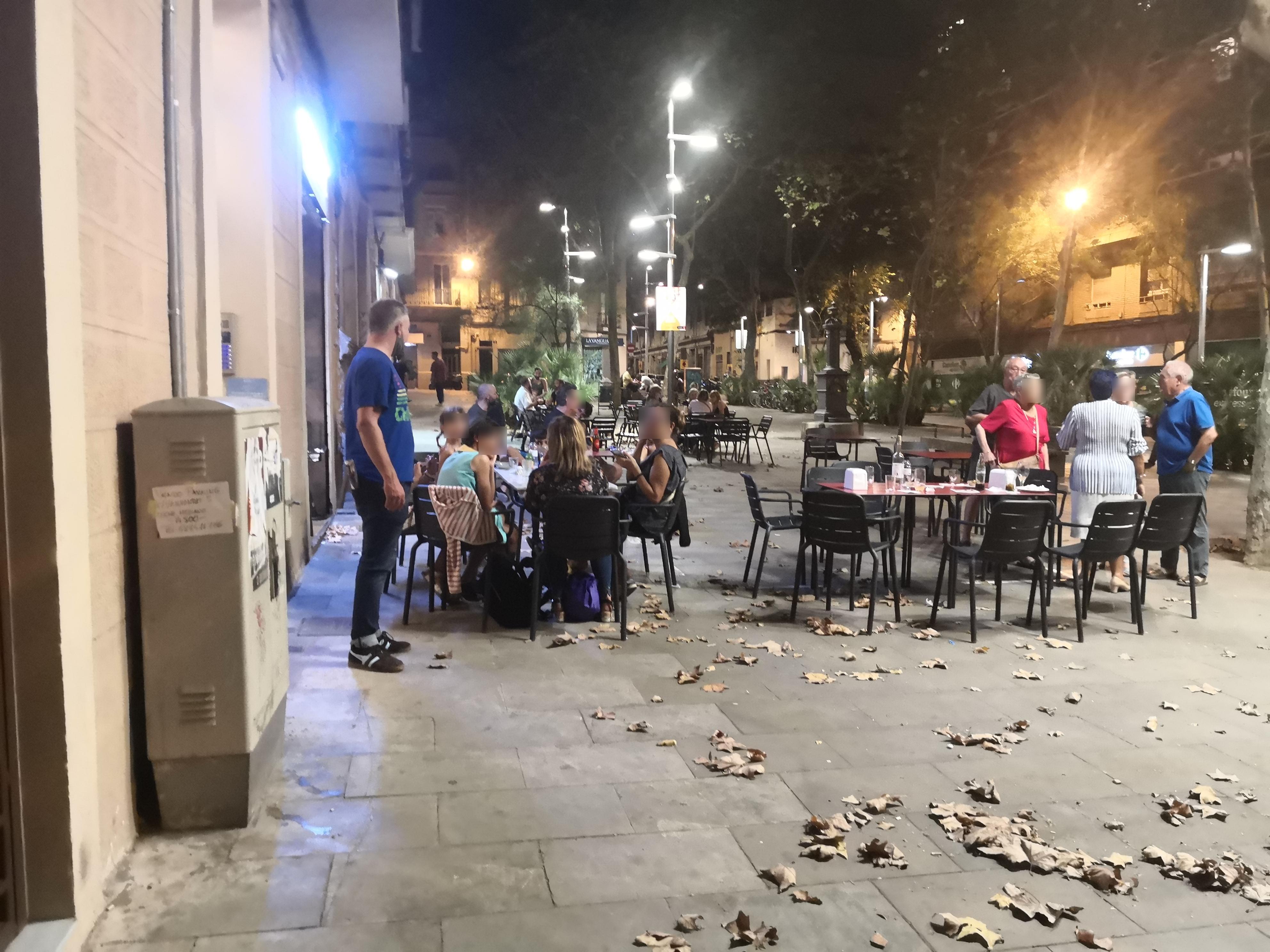 Plaça de Santa Madrona, 1 - Que no són permeses tantes taules i tan arran de façana!