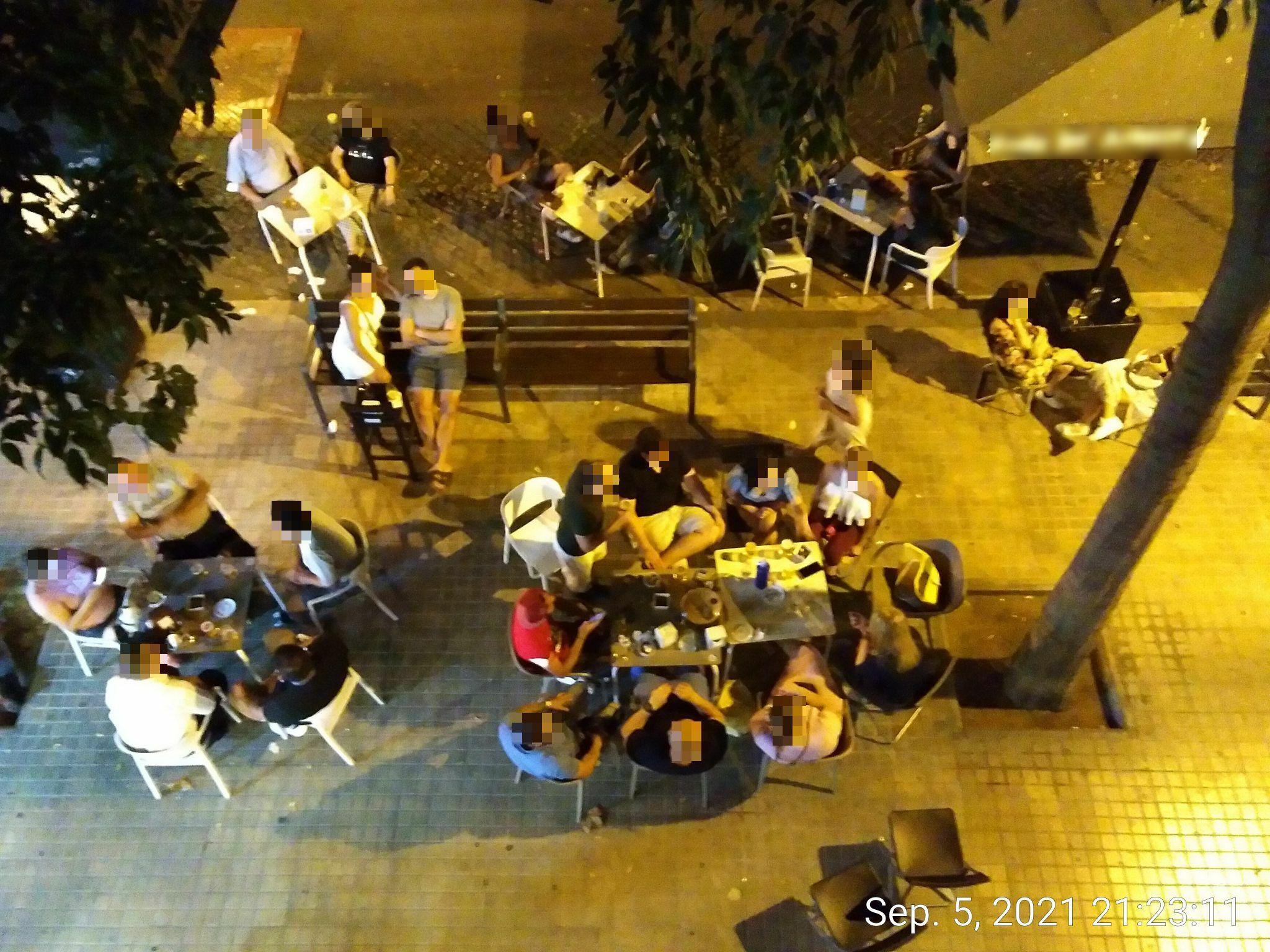 Provença 471 - banc públic .... estàs rodejat .... rendeix-te !!!, i això amb una llicència de 4 taules (en extraordinària) !!!