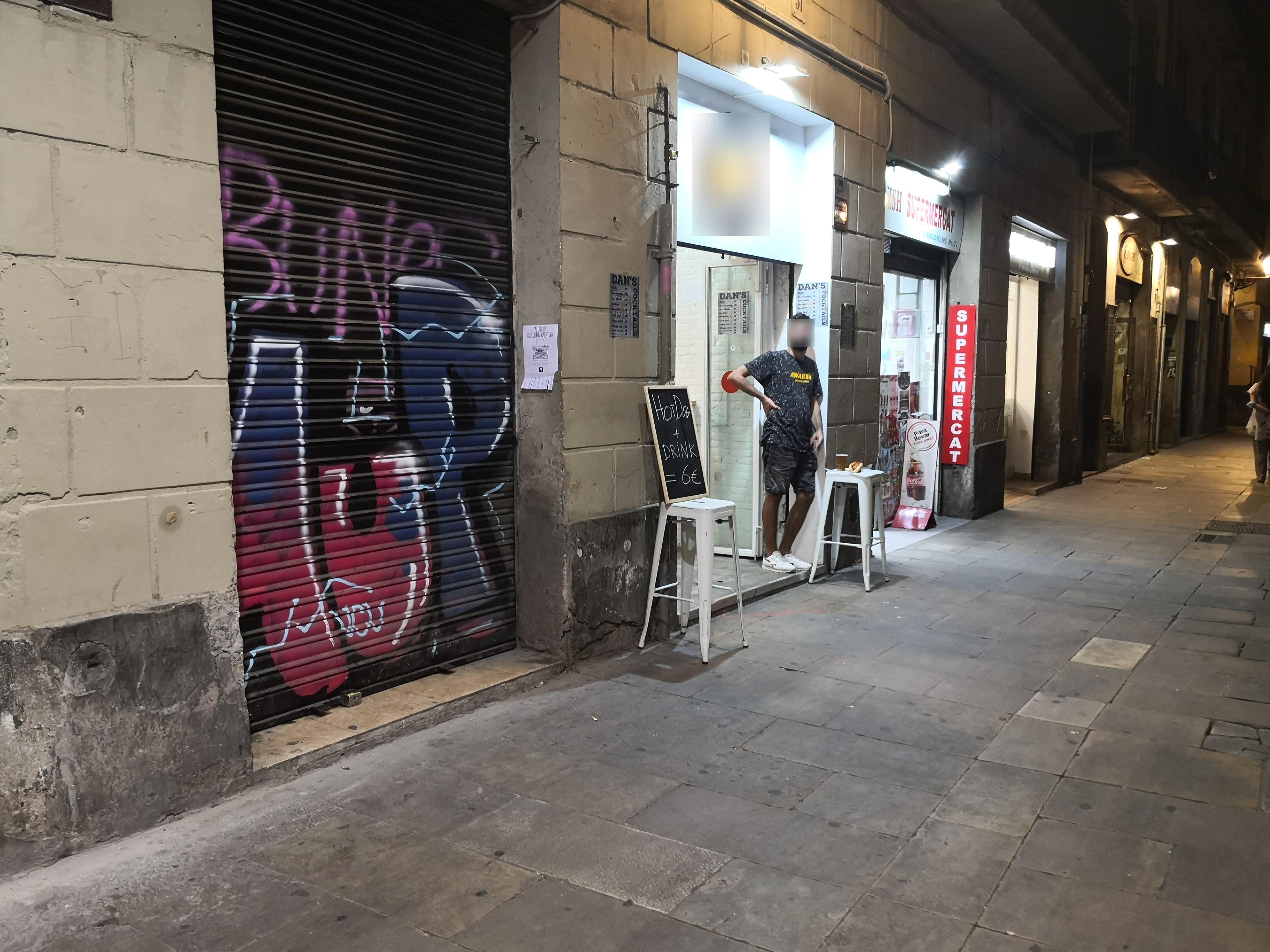 Escudellers, 33 - okupant façana il·legalment!!!