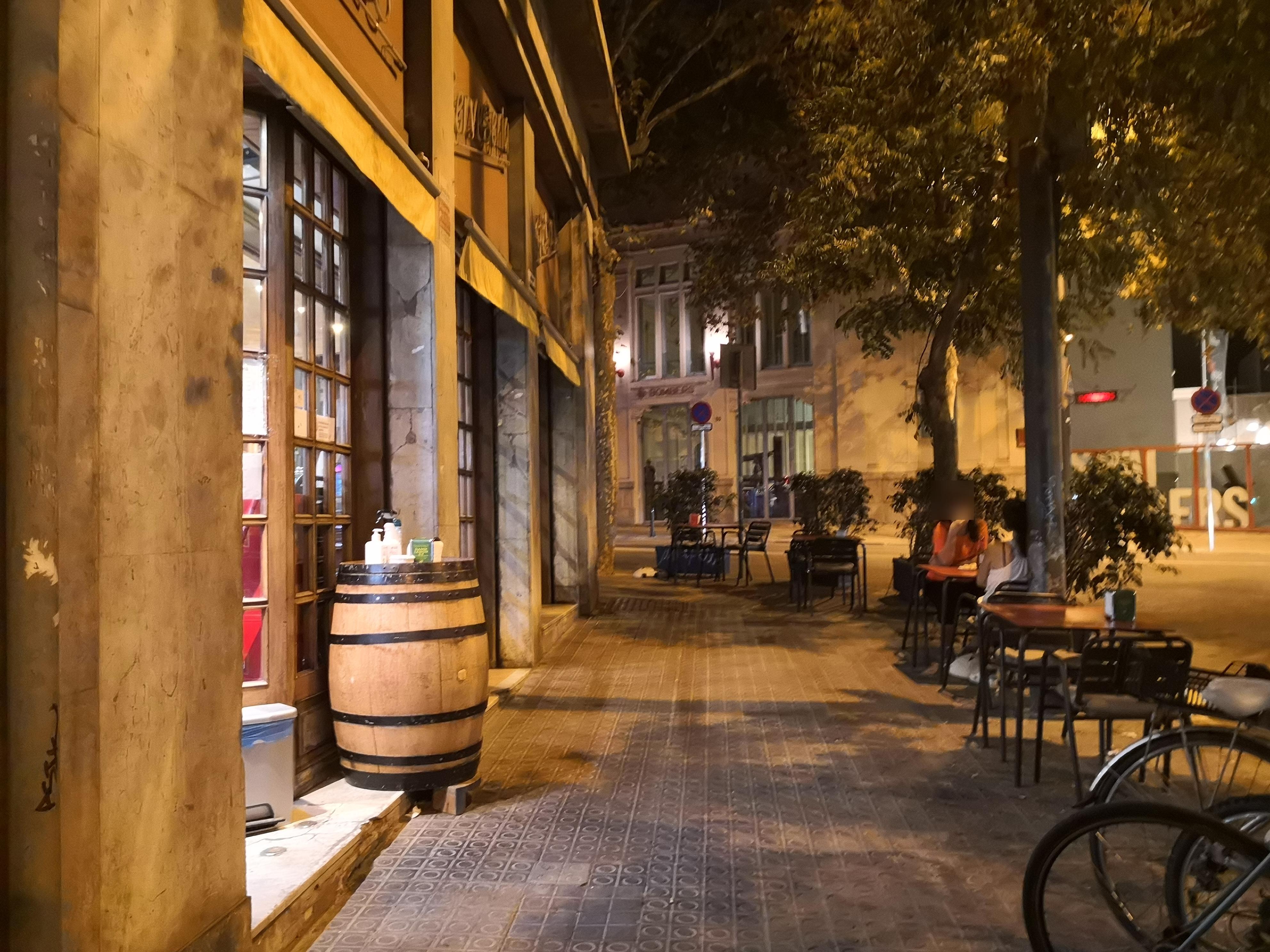 Lleida, 9 - tot allò col·locat en façana és un perill per les persones cegues!!