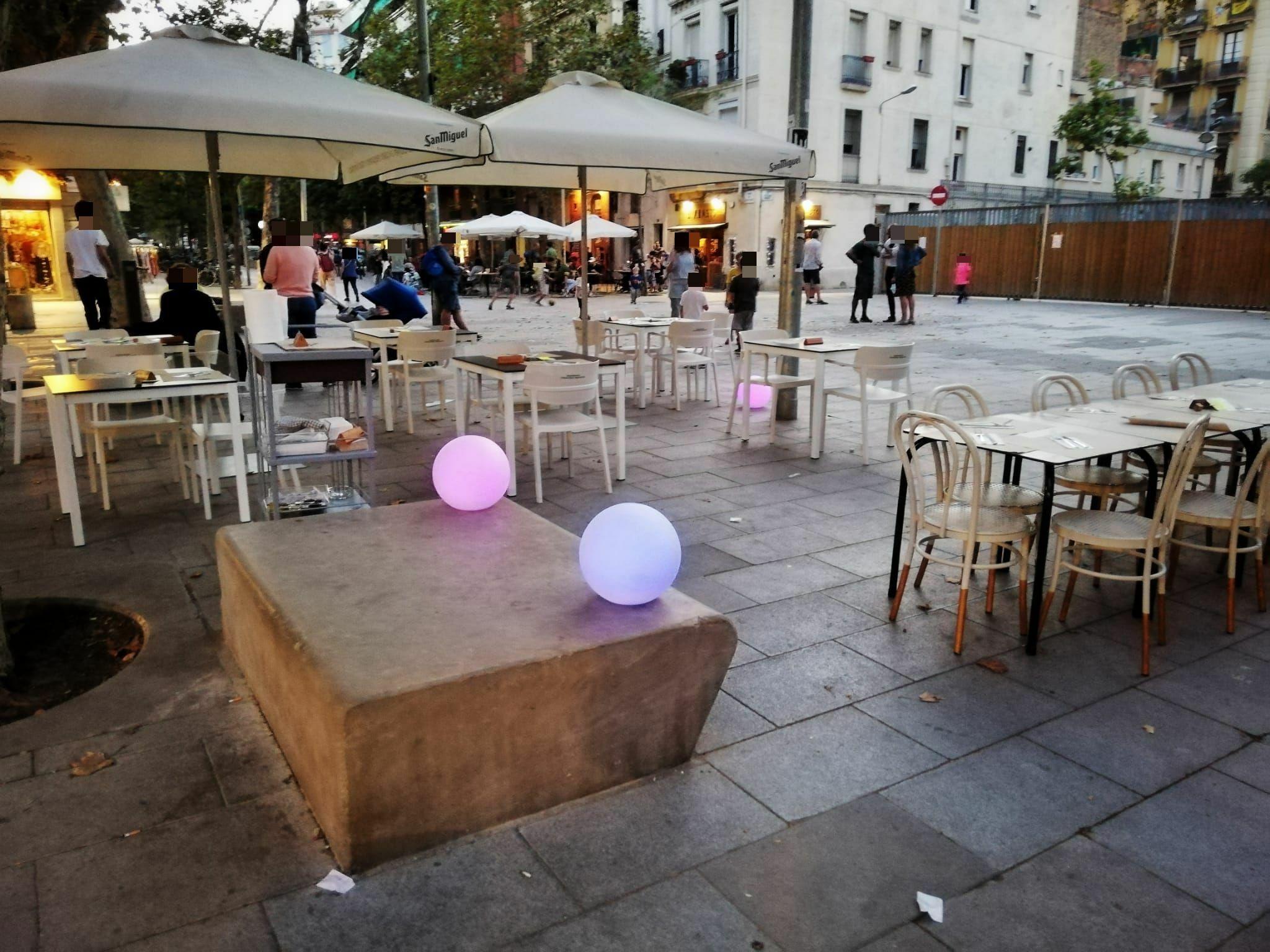 Plaça de Sant Bernat Calbó, 6 - permís EXTRAORDINARI per 6 taules, i OKUPA tota la plaça, el bancs públics també !!!!
