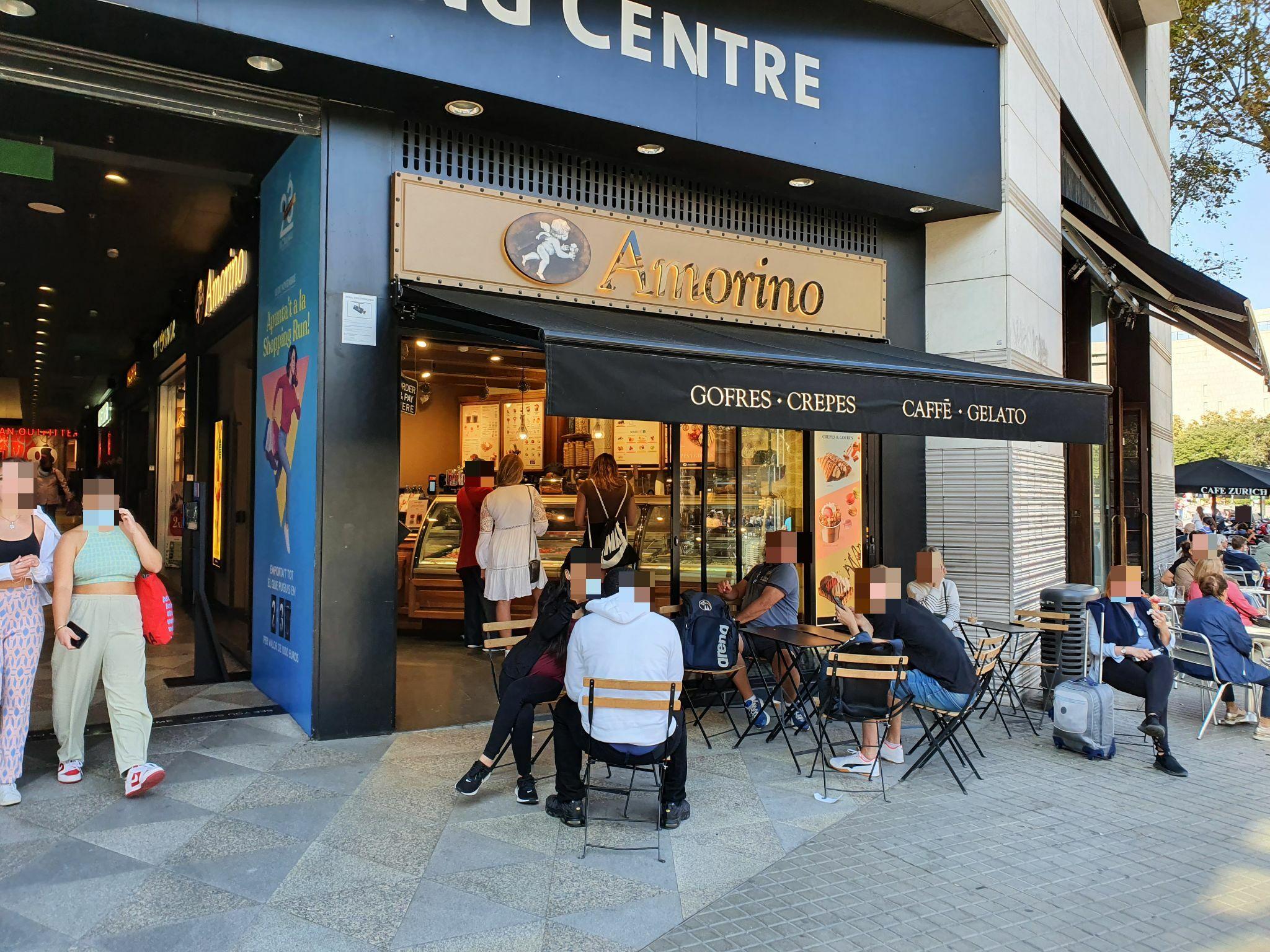 Plaça Catalunya 1-4 (El triangle) taules per tota arreu